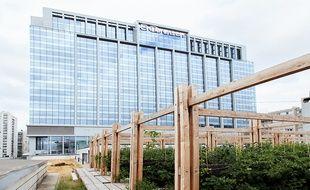 La startup Sous les fraises a installé l'une de ses fermes urbaines sur le toit du centre commercial So Ouest, à Levallois-Perret.