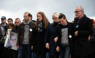 Jonathann Daval, soutenu par ses beaux-parents lors d'une marche blanche, accuse désormais son beau-frère (à gauche) du meurtre d'Alexia