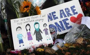 Des fleurs et des messages déposés en hommage aux victimes des attentats de Christchurch (Nouvelle-Zélande), le 15 mars 2019.