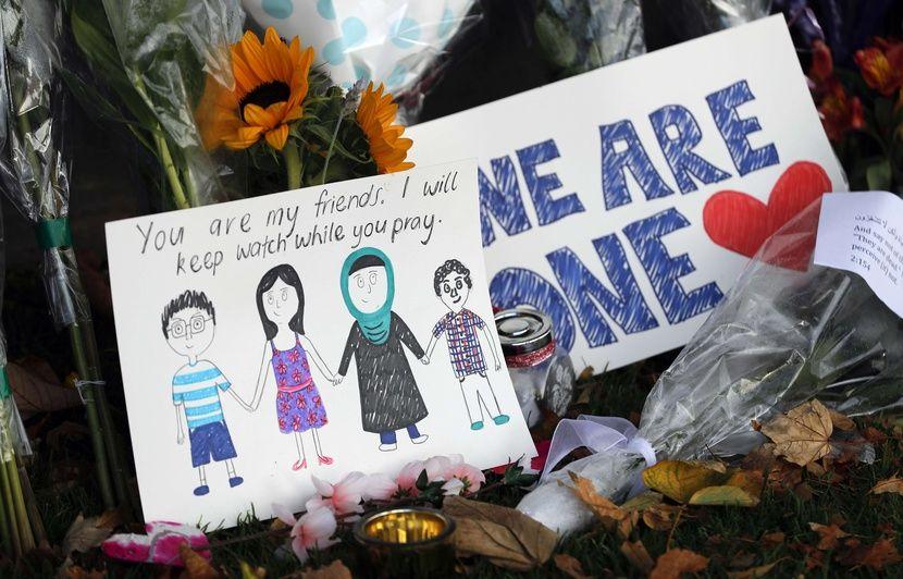 Tuerie de masse dans 2 mosquées de Christchurch en Nouvelle Zelande - Page 8 830x532_fleurs-messages-deposes-hommage-victimes-attentats-christchurch-nouvelle-zelande-15-mars-2019