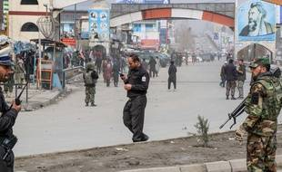 Des soldats afghans assurent la sécurité près du lieu de l'attaque, le 6 mars 2020.