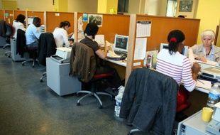 Des employés de la Préfecture de Police de Paris remplissent des dossiers de demande de titre de séjour, le 21 septembre 2007 à Paris