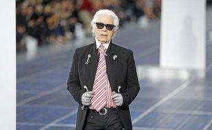 Le couturier allemand, Karl Lagerfeld, lors d'un défilé Chanel pour la Fashion Week de Paris, le 2 octobre 2012.