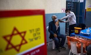 Israël appelle ses citoyens âgés de plus de 60 ans à recevoir une troisième dose de vaccin.