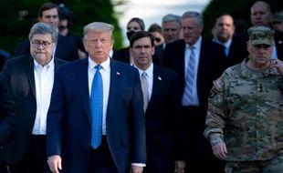 Donald Trump accompagné du ministre de la Défense Mark Esper (au c.) et du chef d'état-major américain, le général Mark Milley (à dr.), pour se rendre à une église proche de la Maison-Blanche, le 1er juin 2020.