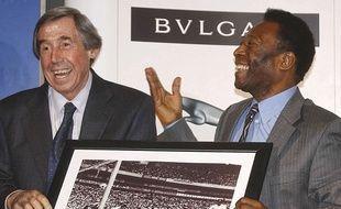 Gordon Banks et Pelé, réunis en 2004 autour de la photo de cet arrêt mythique.