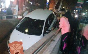 La voiture s'est engouffrée dans l'escalier du métro sous les yeux des passants médusés.