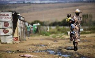 Une femme et son enfant dans un bidonville sur le continent africain, le 24 avril 2014