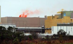 Le fumigène orange placé par Greepeace sur l'une des piscines d'entreposage du combustible entreposé, le 25 janvier 2019.