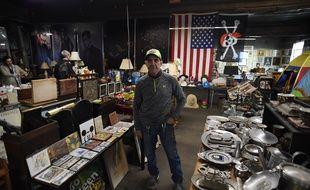 Durant ses trente ans de travail, Nelson Molina, éboueur à New York, a constitué une incroyable collection d'objets insolites trouvés dans les poubelles de la ville.