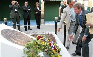 Auparavant, M. Kouchner, accompagné de son homologue irakien Hoshyar Zebari, était allé déposer une gerbe devant un monument commémorant la mort du représentant de l'ONU en Irak, Sergio Vieira de Mello, et de 21 autres personnes, tués dans un attentat à Bagdad, le 19 août 2003.