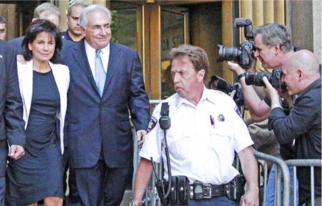 Anne Sinclair et Dominique Strauss-Kahn quittent le tribunal, le 1er juillet à New York.