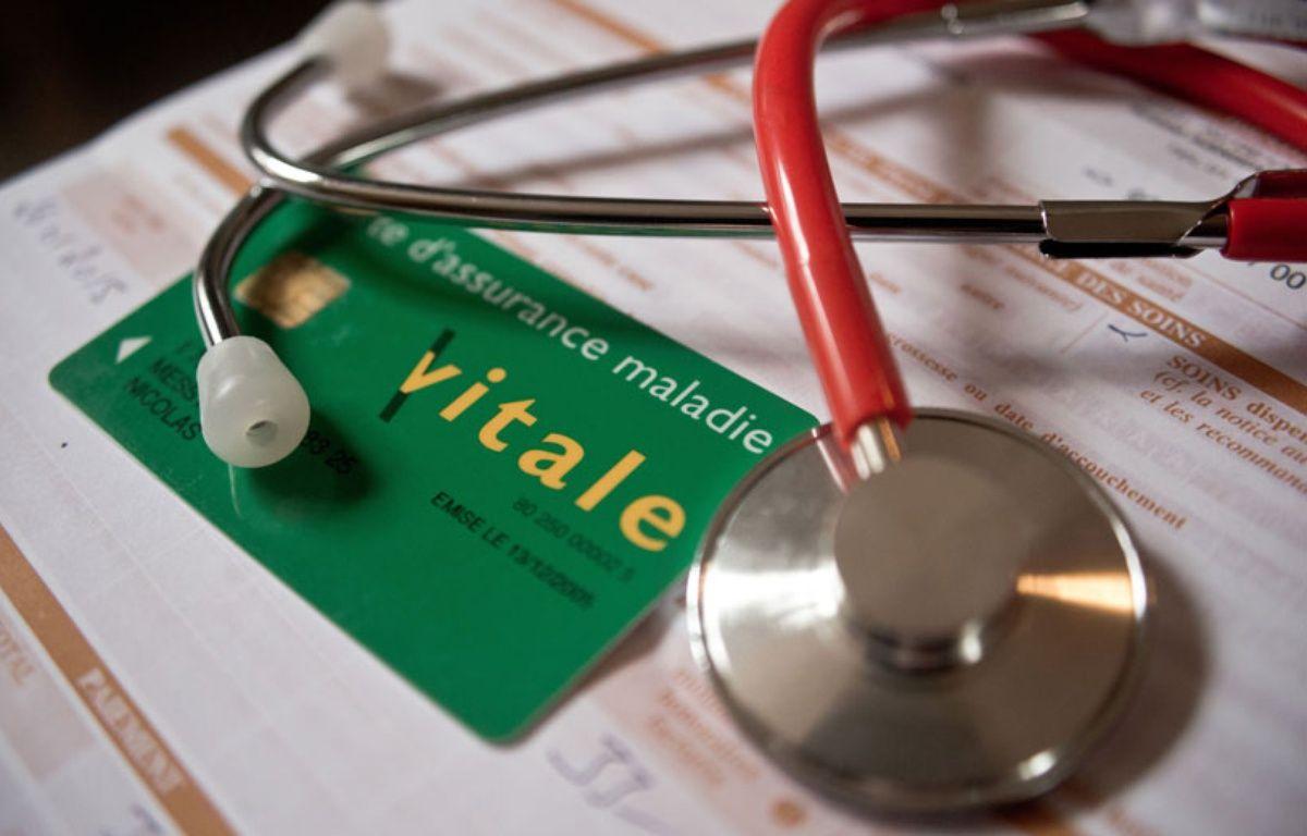 Illustration d'un stéthoscope et d'une carte Vitale d'assurance maladie. – Nicolas MESSYASZ/SIPA