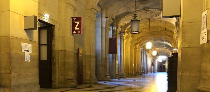 Les couloirs de la cour d'appel de Paris où seront jugés deux hommes suspectés de liens avec la mouvance djihadiste.