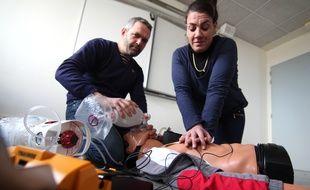 Des étudiants ambulanciers du CHU de Rennes simulent un massage cardiaque sur un mannequin. Les 8 et 9 décembre, ils espèrent battre le record du monde.