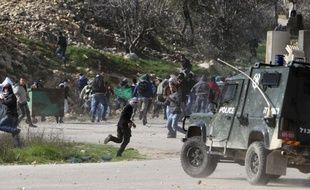 Des dizaines de Palestiniens ont été blessés lors de heurts avec les forces israéliennes en Cisjordanie à l'occasion de manifestations de solidarité vendredi avec des détenus par Israël en grève de la faim, selon des sources médicales.