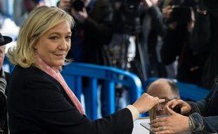 La présidente du Front National Marine Le Pen vote à Hénin-Beaumont, dans le Pas-de-Calais, le 22 mars 2015