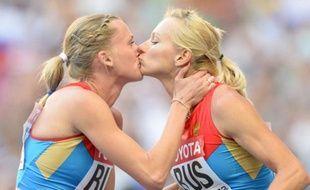 Les deux athlètes russes Rhyzova et Gushchina s'embrassent sur le podium, le 18 août 2013