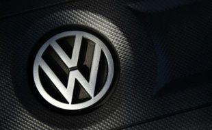 Le logo du constructeur automobile allemand Volkswagen (VW) sur une Golf à Milton Keynes, dans le nord de Londres, le 2 octobre 2015