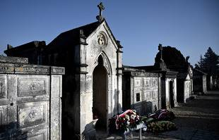 La tombe de l'ancien président François Mitterrand est photographiée après une cérémonie d'hommage marquant le 25e anniversaire de sa mort, le 8 janvier 2021 au cimetière de Jarnac.