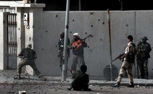 Un homme joue de la guitare au milieu des forces du nouveau régime libyen qui affrontent les combattant pro-Kadhafi, le 10 octobre 2011. Cette photo a obtenu le prix Bayeux-Calvados 2012.