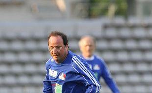 François Hollande lors d'un match amical opposant des hommes politiques a des artistes de variete, a Paris, FRANCE - 20/05/2008.