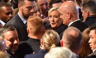 Marine Le Pen, candidate FN à la présidentielle, dans la foule après sa défaite à cette élection, le 7 mai 2017 à Paris.