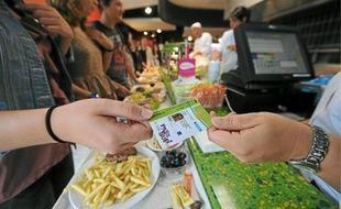 Au resto U, les célèbres tickets sont désormais remplacés à la caisse par le système monétique de la carte Pass Sup'.