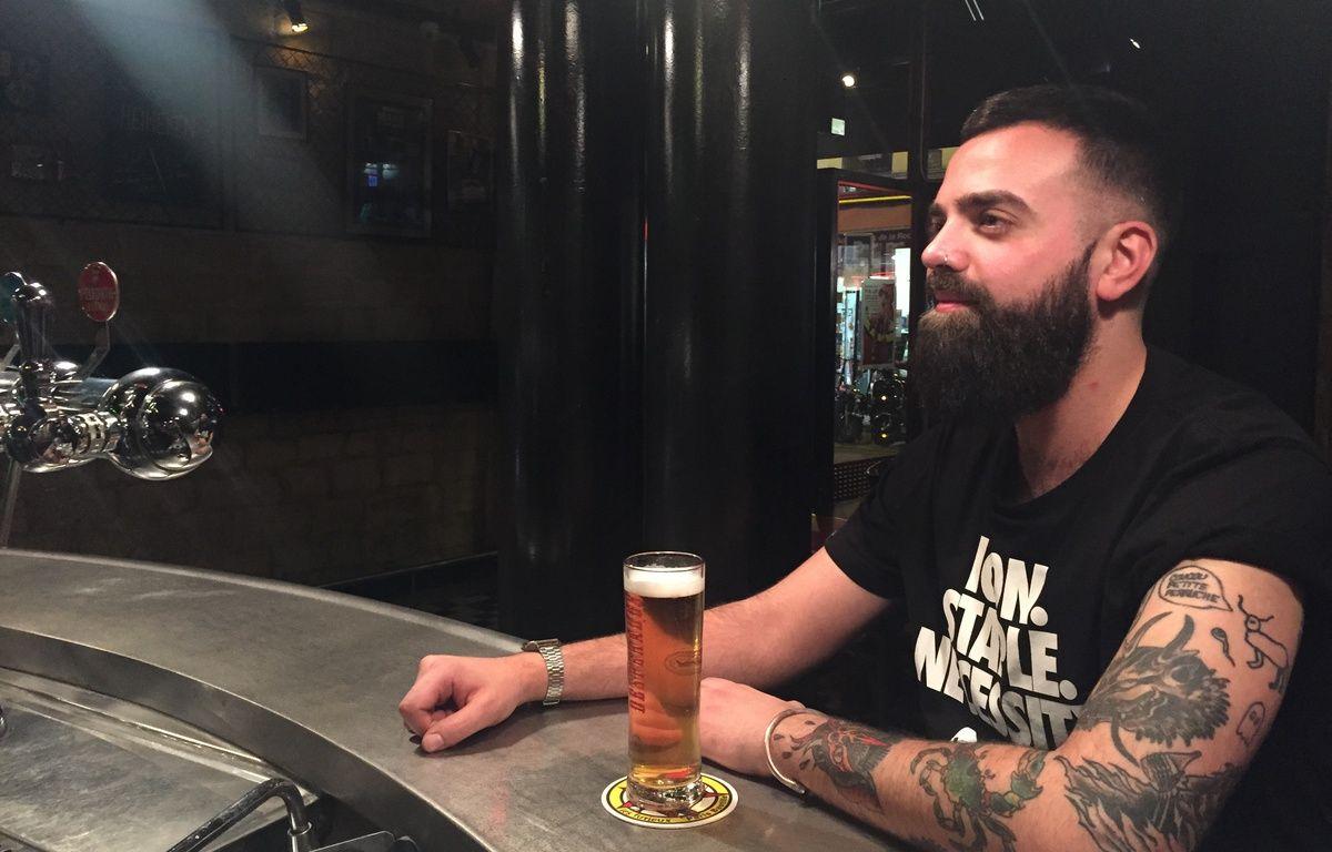 Julien, un Parisien de  30 ans, s'est fait tatouer l'élan de François Damiens sur le bras. – Cecilia - Les Furieux