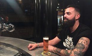 Julien, un Parisien de  30 ans, s'est fait tatouer l'élan de François Damiens sur le bras.