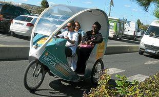 Les vélos-taxis peuvent transporter jusqu'à deux personnes.