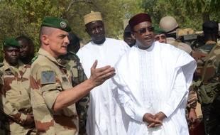 Le Président du Niger, Mahamdou Issoufou s'entretient avec un officier français à Diffa, dans l'est du Niger.