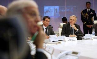 """Le Premier ministre Jean-Marc Ayrault a prévenu mercredi matin qu'il y avait """"encore 48 heures difficiles"""" à passer même si """"l'épisode neigeux est en train de s'estomper"""" et même si """"la situation est sous contrôle""""."""