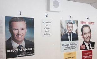 Pas d'affiche de Marine Le Pen dans ce bureau de vote à Montreal