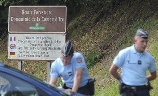 Photo d'illustration de gendarmes à Chevaline, en septembre 2012, près du parking où un quadruple meurtre venait d'avoir lieu.