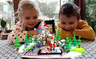 Des enfants observent un catalogue animé en réalité augmentée par la société Wonder Partners (vue prisedepuis l'application mobile).