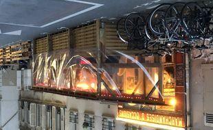 La terrasse éphémère d'un bar à vin, à Paris, dans le 17e arrondissement.