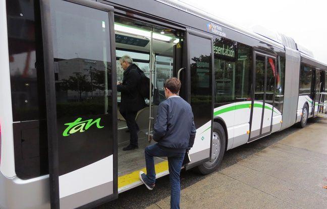 Une quatrième double porte fait son apparition à l'arrière du bus.