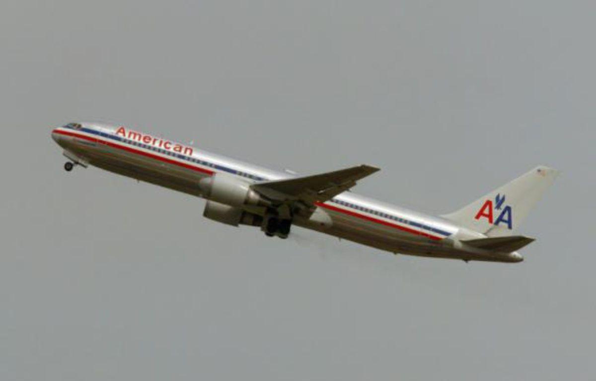 Un avion de la compagnie aérienne américaine American Airlines quitte la piste de décollage de l'aéroport de Roissy-Charles de Gaulle – JEAN-PIERRE MULLER AFP