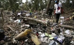 Les enquêteurs ont entamé lundi près de Douala (sud-ouest du Cameroun) leurs investigations sur le site de l'accident de l'avion de Kenya Airways, où les sauveteurs n'ont découvert aucun survivant parmi ses 114 passagers et membres d'équipage.