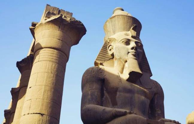 Les colonnes d'Amenhotep III, à Louxor, ont été taguées par un adolescent Chinois de 15 ans, suscitant une vive polémique, le26 mai 2013.