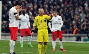 L'arbitre Lionel Jaffredo (au centre) avec l'attaquant du PSG Zlatan Ibrahimovic g) lors du match de L1 contre Bordeaux le 15 mars 2015 à Bordeaux
