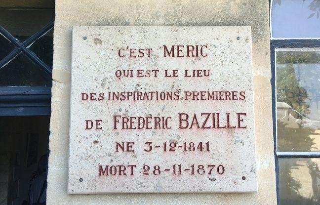 Une plaque, à l'entrée du domaine de Méric, où a vécu le peintre Frédéric Bazille.