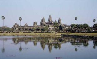 """Angkor Vat (Cambodge)  Construit au XIIe siècle, c'est une merveille architecturale, avec ses trois dômes monumentaux, et ses multiples statues.  Bâtiment immense (son nom signifie """"le temple qui est une ville""""), c'est un lieu de pélerinage régulier pour les moines bouddhistes. La silhouette d'Angkor Vat figure sur le drapeau du Cambodge."""