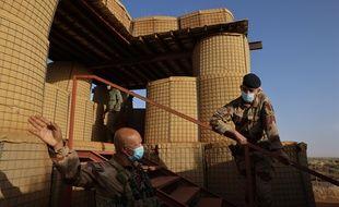 Déplacements en véhicules blindes et hélicoptères militaires a Ménaka et Gao toujours sous la protection de la force Barkhane, en février 2021.