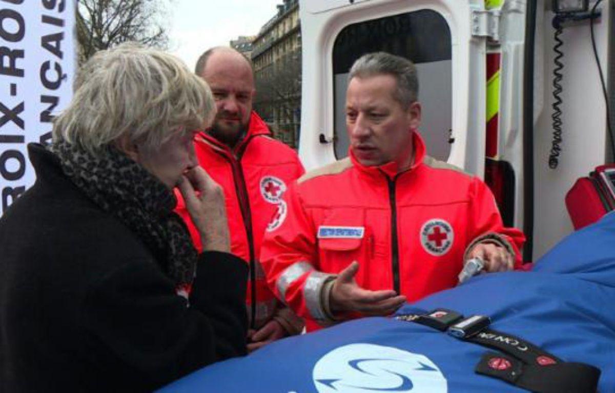 """Jean-Yann Ogée (C), directeur  local de la Croix Rouge lors d'une journée consacrée aux """"gestes qui sauvent"""", le 26 mars 2016 à Paris –  AFPTV"""
