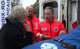"""Jean-Yann Ogée (C), directeur  local de la Croix Rouge lors d'une journée consacrée aux """"gestes qui sauvent"""", le 26 mars 2016 à Paris"""