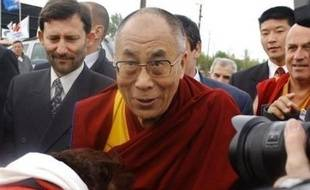 Nicolas Sarkozy s'est envolé jeudi en début de soirée pour Pékin où il assistera à l'ouverture des Jeux Olympiques, un voyage express qui continue à nourrir la polémique, après l'annonce qu'il ne rencontrera pas le dalaï lama lors de sa prochaine venue en France.