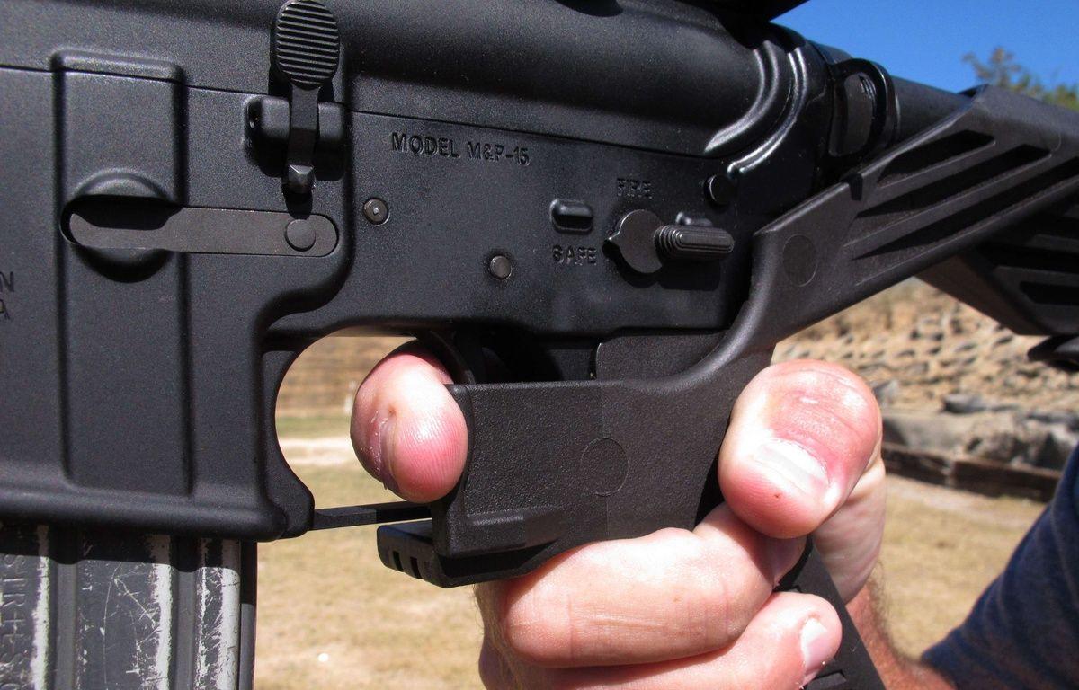 Un fusil équipé d'un «bump stock», un dispositif qui s'installe à la place de la crosse et qui permet d'utiliser le recul pour renvoyer le fusil vers l'avant et tirer presque aussi vite qu'avec une arme automatique. AP Photo/Allen G. Breed – DR