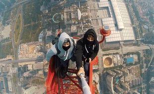 Vitaliy Raskalov et Vadim Makhorov au sommet du gratte-ciel Shenzhen Finance Centre, en construction à Shenzhen, en Chine.